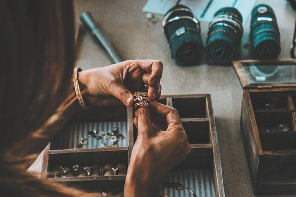 comprehensive guide to cleaning jewelry